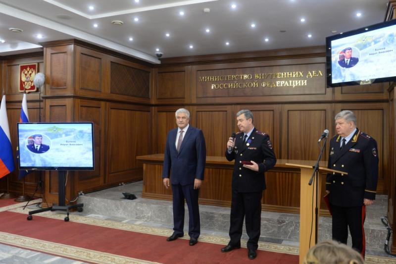 Колокольцев наградил сотрудника полиции за добровольческую деятельность