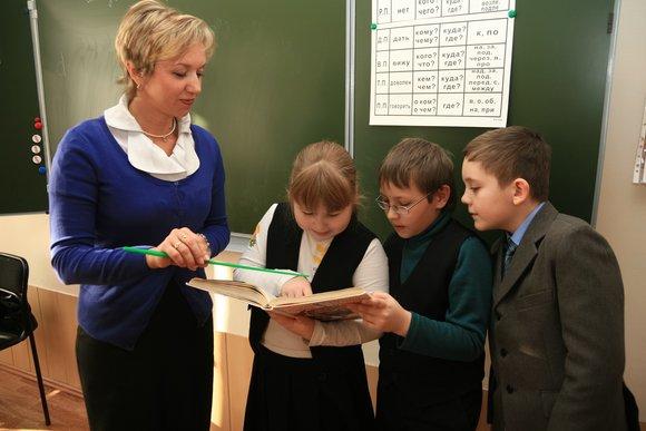 Средняя зарплата школьного учителя превысила 100 тысяч рублей