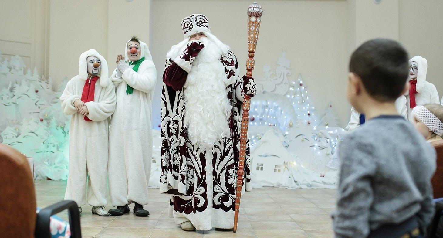 Дед Мороз и Снегурочка посетят девять детских больниц Москвы