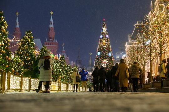 Кремль сдал главную новогоднюю елку страны на переработку