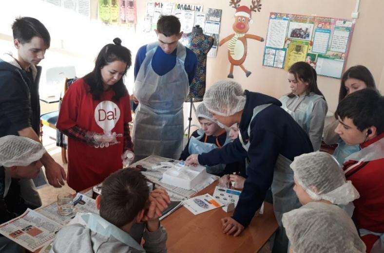 Нижегородские волонтеры провели вместе с детьми настоящие химические опыты