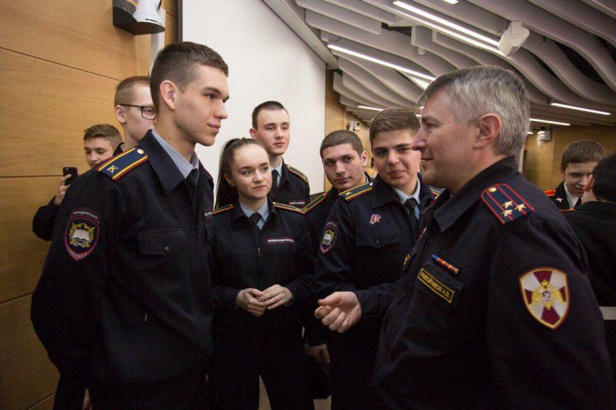 Офицеры Росгвардии провели встречу с молодёжью в лектории столичного парка «Зарядье»