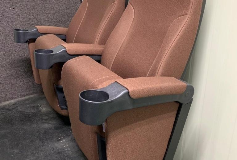 В Сургуте некоммерческая организация подарила кресла кинотеатру