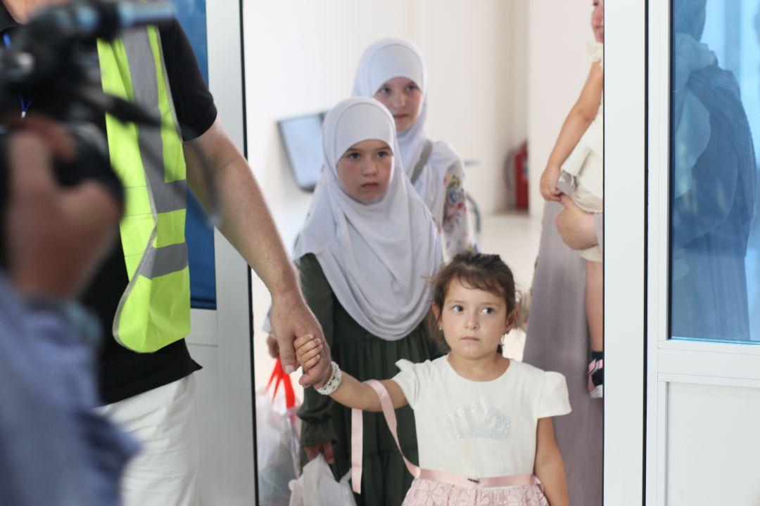 Лишившихся родителей пятерых российских детей доставили из Сирии в Москву