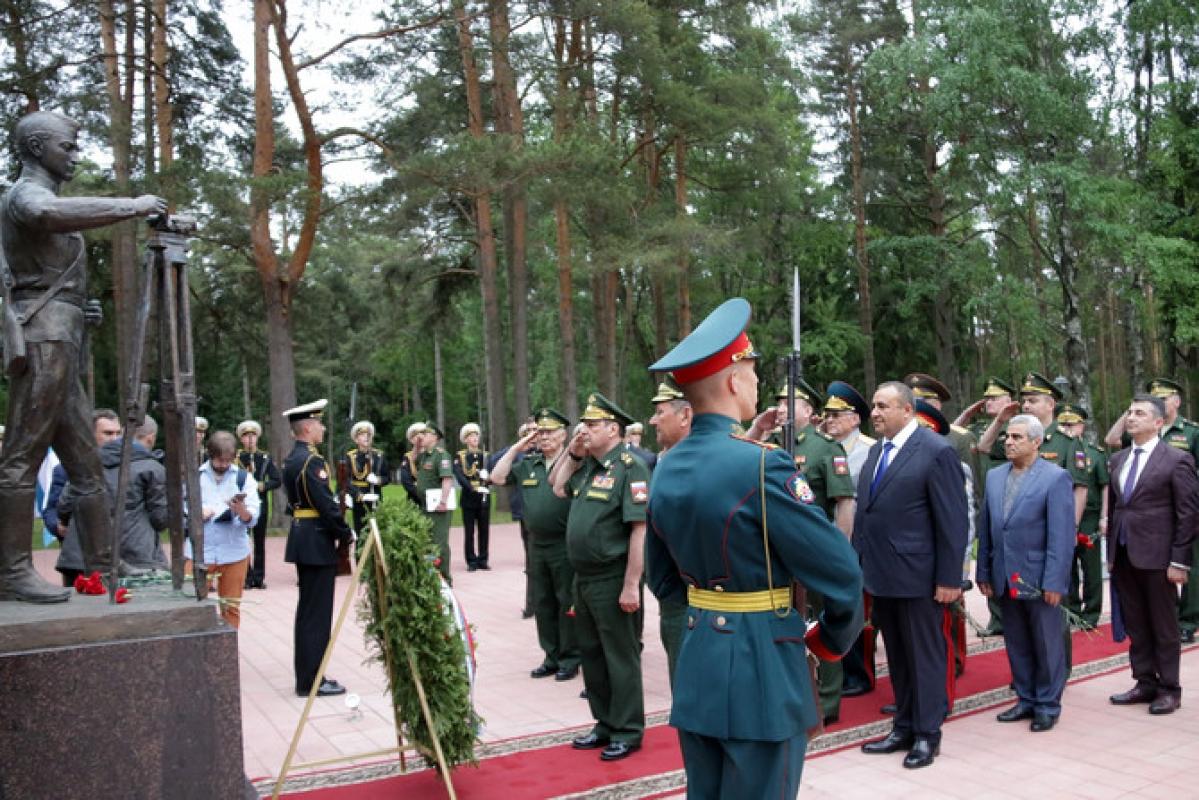 Памятник военным строителям торжественно открыли в Ленобласти