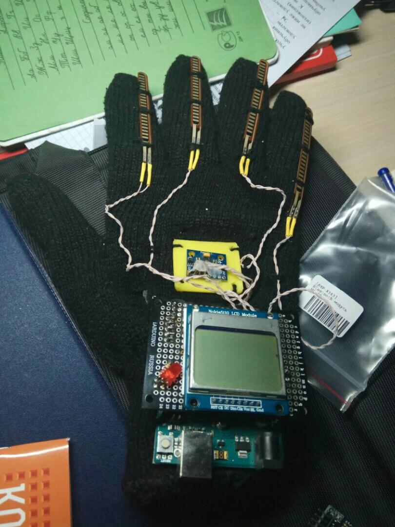 Активисты НТИ из школ Москвы создали перчатку для управления дроном