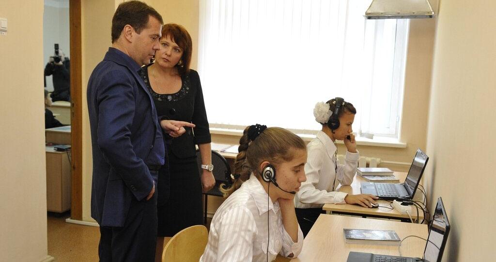 Медведев поручил решить вопрос финансирования системы передачи данных в школах