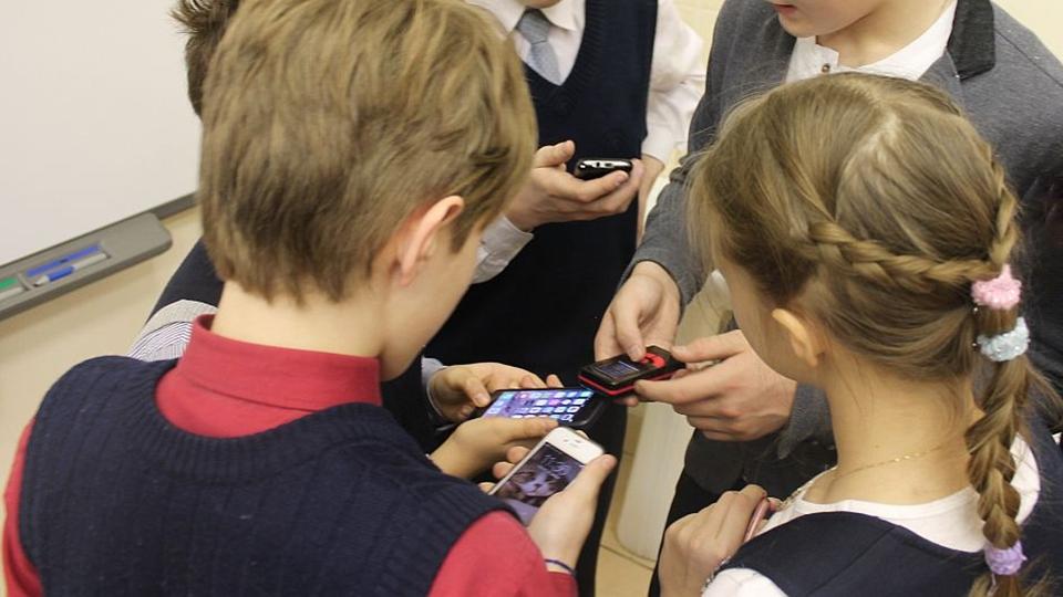 Большинство россиян поддержали запрет на смартфоны в школе