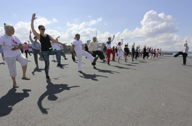 Сто пенсионеров Петербурга станцуют зумбу на берегу Финского залива