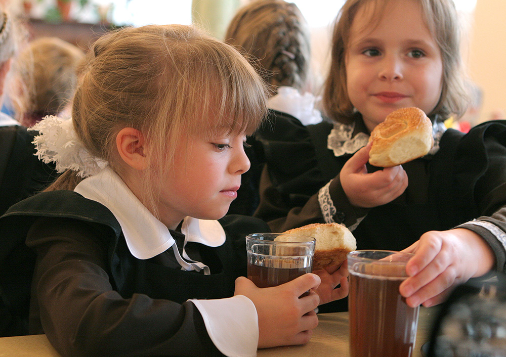 В школьных столовых выявили многочисленные нарушения норм питания