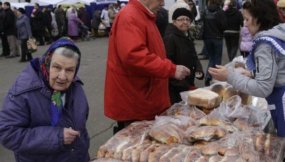 Половина россиян признали, что могут купить лишь еду и одежду