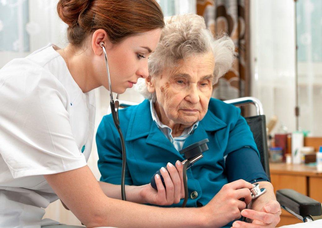 За россиянами старше 65 лет предложили установить ежемесячный медпатронаж