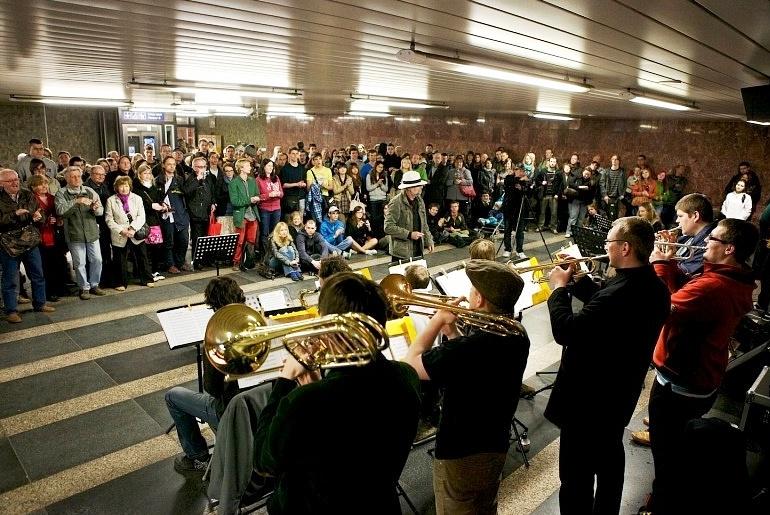 На станциях столичного метро впервые отметили День волонтёра