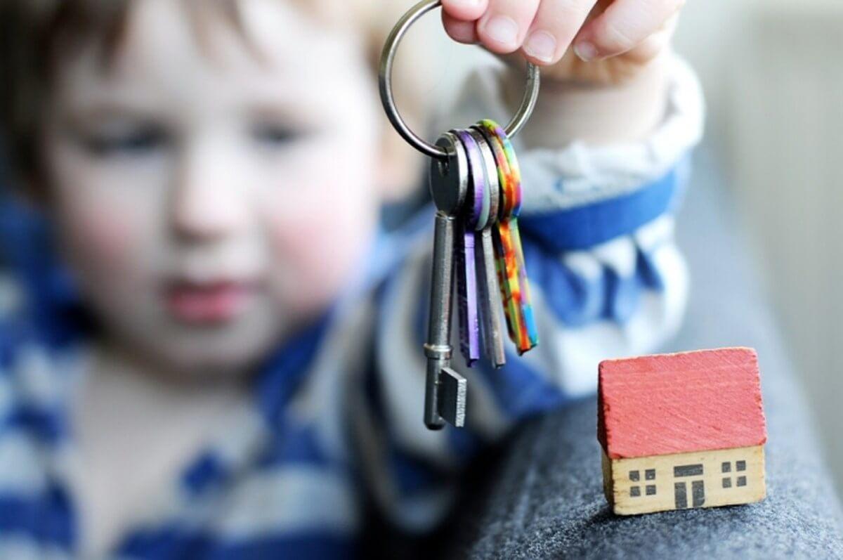 Дети-сироты начнут получать сертификаты на жильё с 2021 года