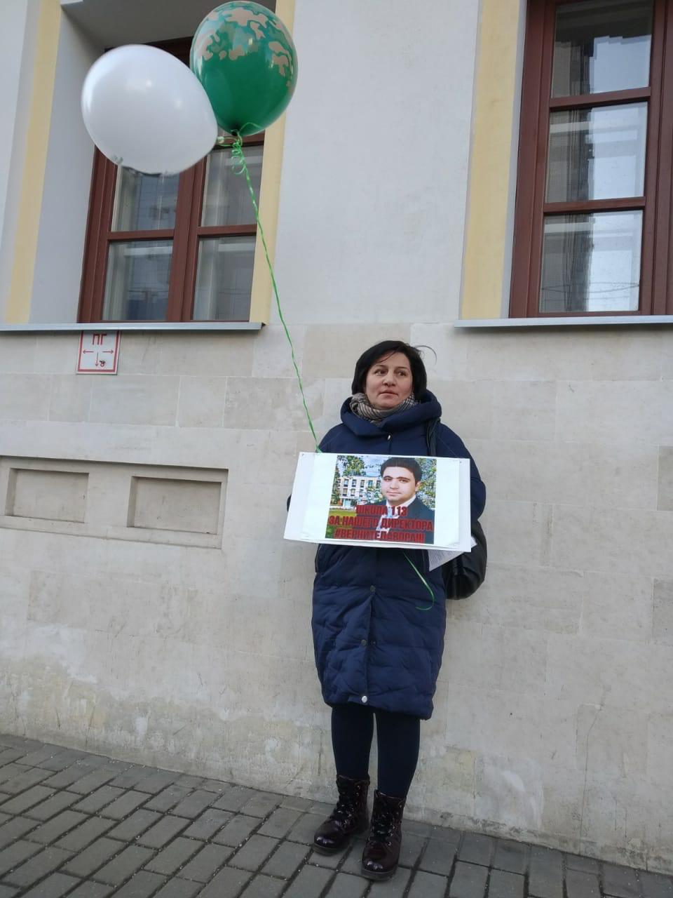В столице родители устроили пикеты в защиту бывшего директора школы № 113