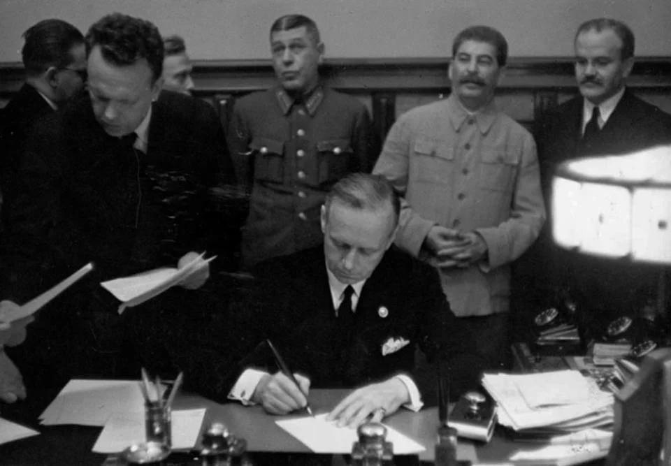 Учёные, общественность и офицеры попросили отменить постановление об осуждении пакта Молотова-Риббентропа