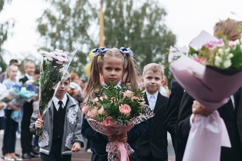 Роспотребнадзор рекомендовал проводить школьные линейки на улице