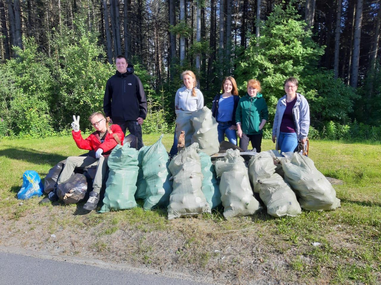 Активисты Ханты-Мансийска присоединились к сбору мусора в городском лесу