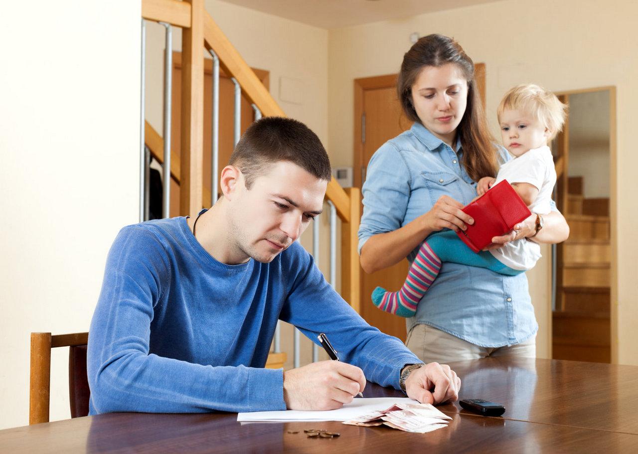 Кабмин выплатит в сентябре по 3 тыс. руб. к пособию безработным родителям