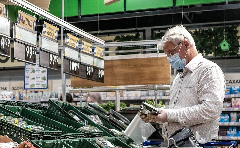 Россияне рекордно сократили потребительские расходы