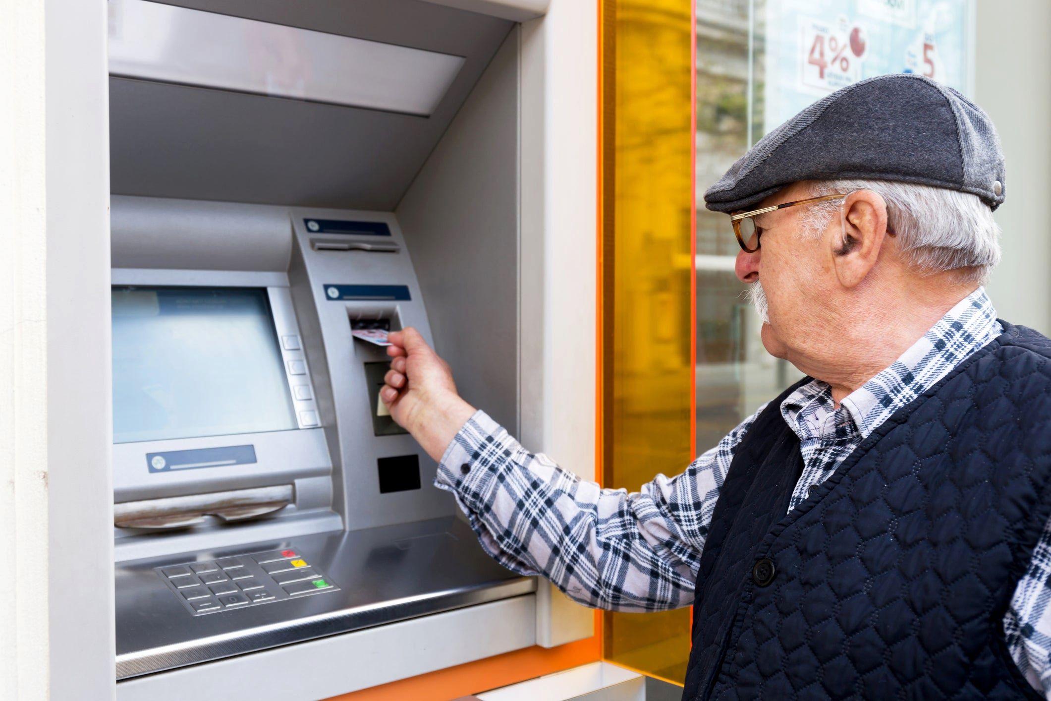 Эксперт рассказали о рисках хранения пенсий на банковской карте