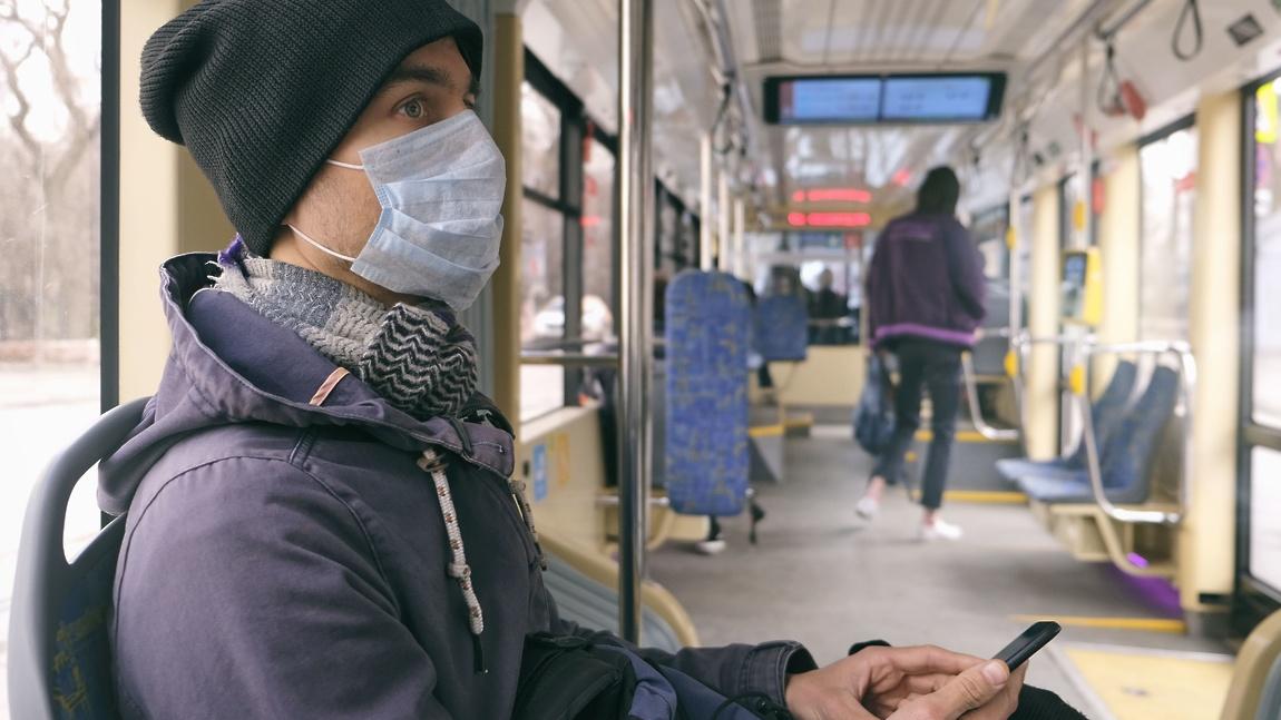 Врач рассказал, как снизить риск заражения коронавирусом в транспорте