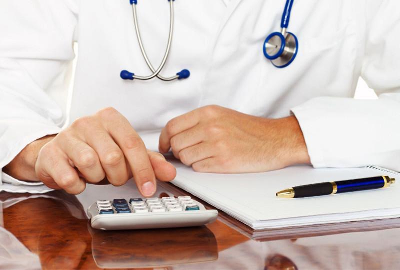 Более половины врачей заметили снижение заработка за последние полгода