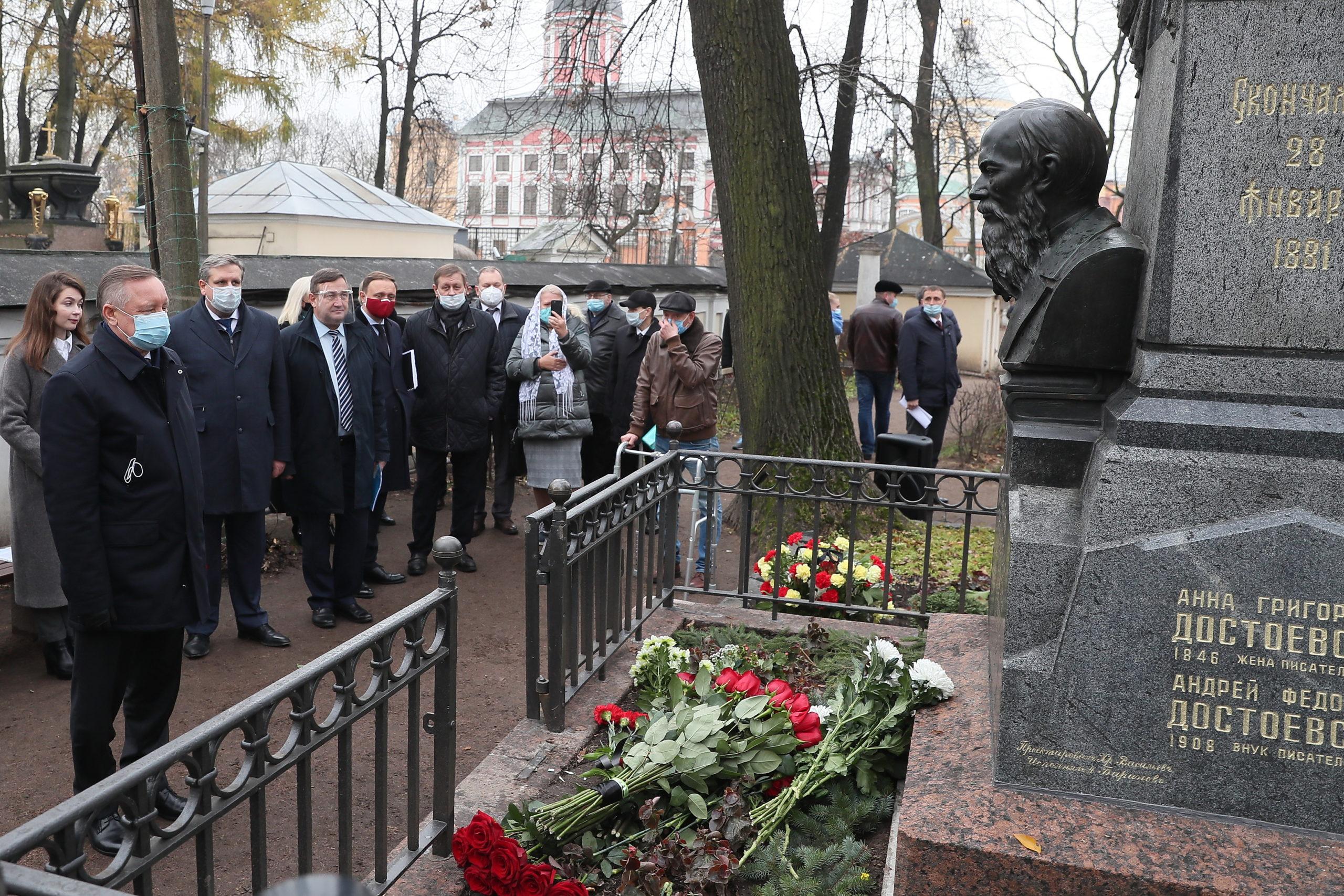 В Петербурге при поддержке фонда им. Погосяна Г.М. отреставрировали памятник Достоевскому