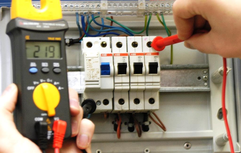 В России хотят ввести обязательные проверки электропроводки в квартирах