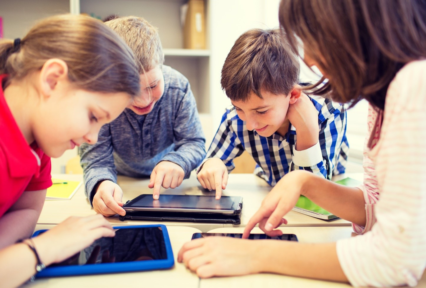 Минпросвещения разработает нормативы для использования гаджетов школьниками
