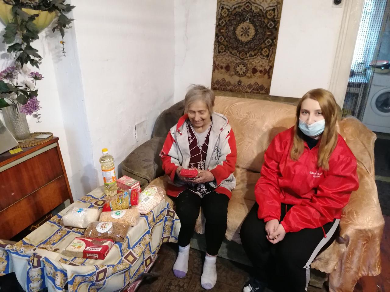 Кемеровские добровольцы помогают одиноким пенсионерам и инвалидам