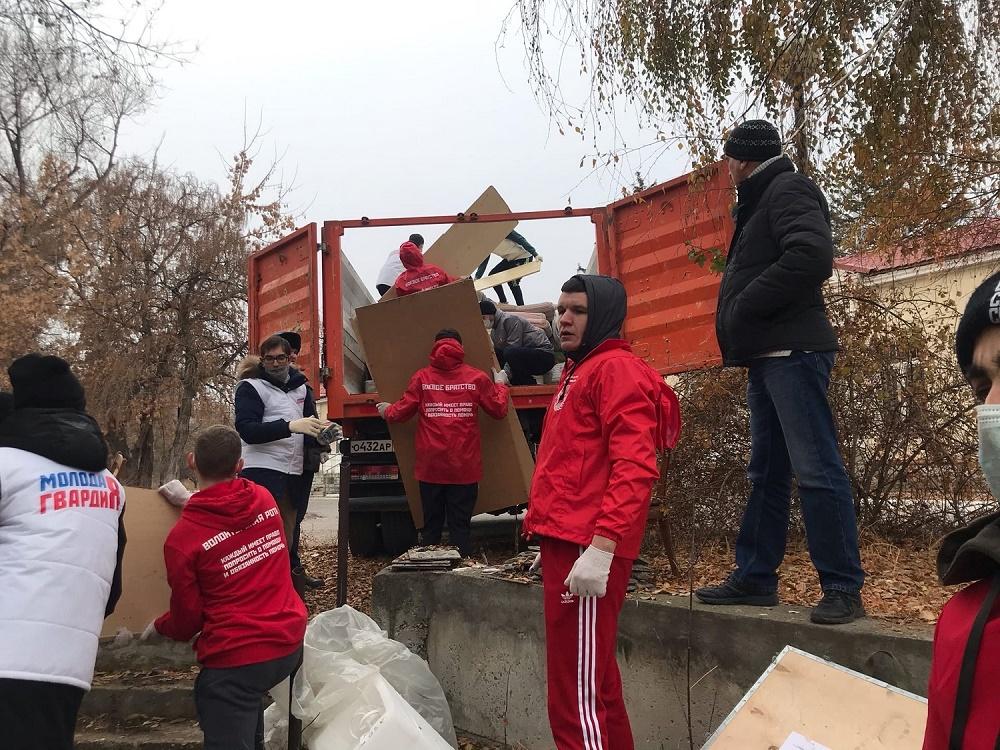 «Волонтерская рота» помогла детской больнице освободить склады от мебели и мусора