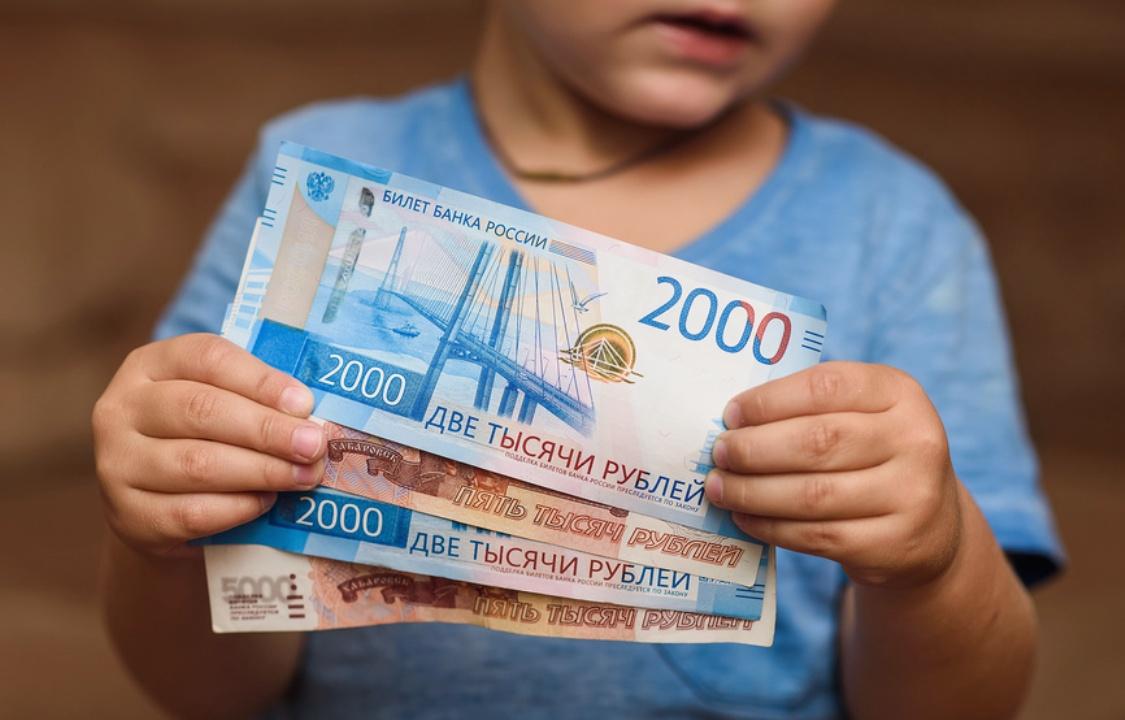 Минтруд предложил расширить выплаты на детей до семи лет на семьи с опекой