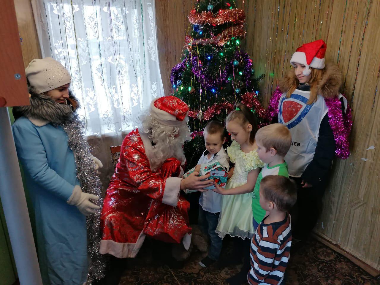 Дед Мороз и Снегурочка поздравили детей из многодетных и малообеспеченных семей