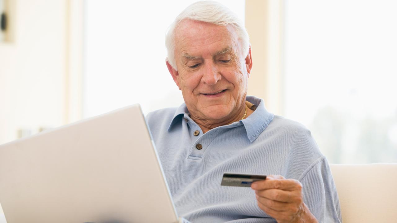 Медведев предложил ввести возможность для пенсионеров дистанционного переоформления карт