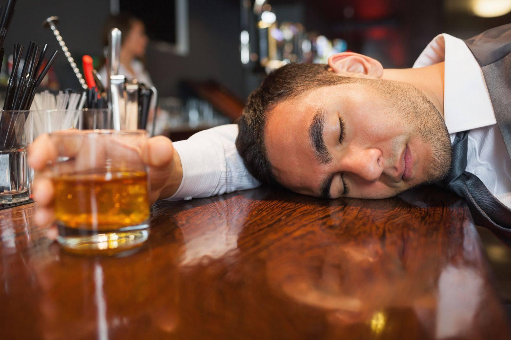 В Минздраве связали около 75% смертей мужчин в России с потреблением алкоголя