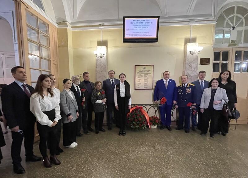 В Павловской гимназии №209 в Петербурге открыли памятную доску с именами героев ВОВ