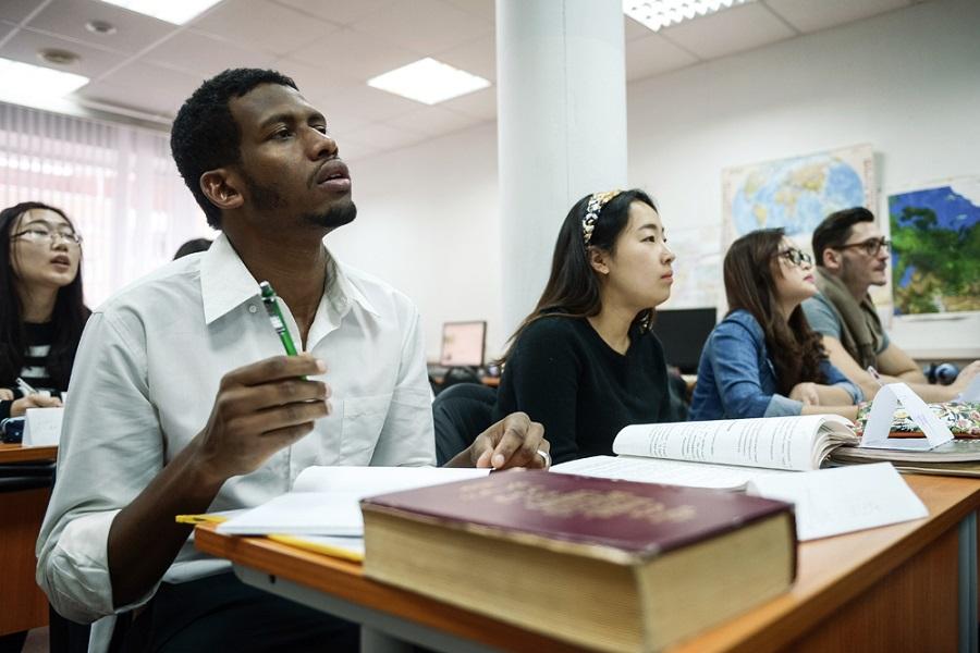 Студентам из 25 стран разрешили въехать в Россию на учебу